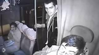 Смотреть онлайн Пассажир помог водителю дать отпор грабителю с ножом