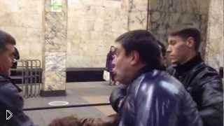 Смотреть онлайн Мужик наказал пьяных девок в метро