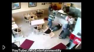 Смотреть онлайн Мощная драка в кафе трое против двоих