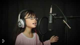 Смотреть онлайн Девочка поет песню из любимого мультика