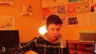 Смотреть онлайн Играет на гитаре и поет как профессионал