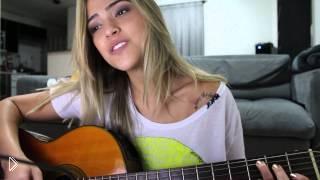 Смотреть онлайн Красивая девушка поет медленную песню