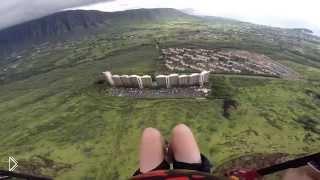 Смотреть онлайн Захватывающий спуск с горы с парашютом