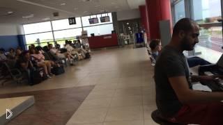 Смотреть онлайн Перфоманс от настоящего таланта в аэропорту Праги