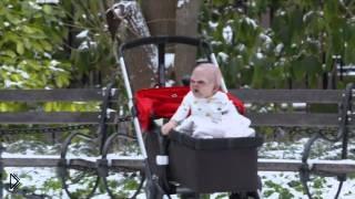 Смотреть онлайн Ребенок дьявола пугает людей на улице