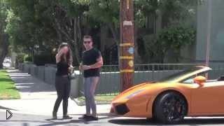 Смотреть онлайн Девушка послала парня, как увидела его машину