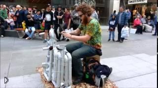 Смотреть онлайн Pipe Guy: парень, играющий на водосточных трубах