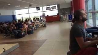 Смотреть онлайн Неожиданное откровение таланта пианиста в аэропорту