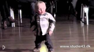 Смотреть онлайн Малыш в два года отжигает на танцполе джайв