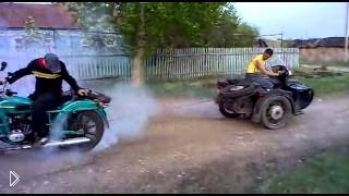Мотоциклы Урал и Днепр перетягивают канат - Видео онлайн