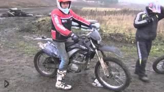 Смотреть онлайн Кроссовые мотоциклы не боятся грязи