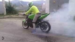 Смотреть онлайн Трюки на мотоцикле, пока не взорвалось заднее колесо