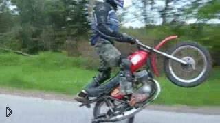 Смотреть онлайн Трюкач становится «на дыбы» на мотоцикле Минск