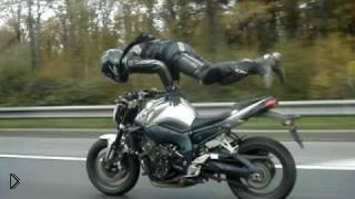 Смотреть онлайн Стойка на руках на мотоцикле посреди дороги