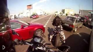 Смотреть онлайн Два мотоциклиста просачиваются сквозь пробку