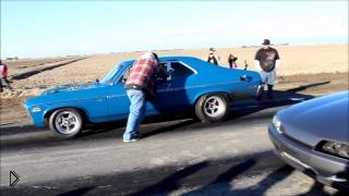 Смотреть онлайн Chevy Nova и Nissan Skyline гоняют на пустынной трассе