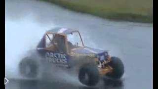 Смотреть онлайн На багги-гонках машина проехала по поверхности воды