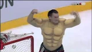 Смотреть онлайн Барулин обнажает мышцы на матче всех звезд КХЛ