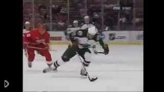 Хоккеиста сбивает вратарь и тот делает сальто в воздухе - Видео онлайн