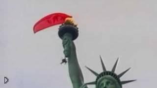 Смотреть онлайн Парашютист зацепился за Статую Свободы