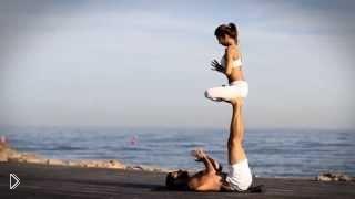 Смотреть онлайн Красивая пара показывает чудеса парной йоги