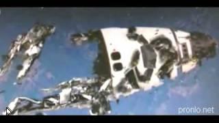 Смотреть онлайн Обломки космического корабля в космосе