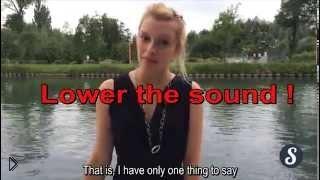 Смотреть онлайн Смешное падение феминистки в воду
