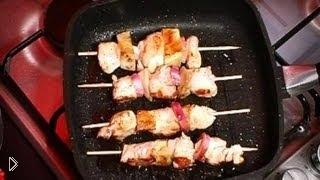 Смотреть онлайн Шашлык из курицы на сковороде гриль