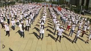 Смотреть онлайн Массовый детский флешмоб в Казахстане