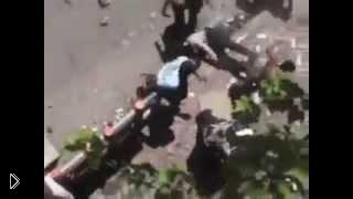 Смотреть онлайн Демонстранты насмерть забили полицейского