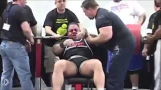 Смотреть онлайн У штангиста лопнули глаза во время поднятия тяжести