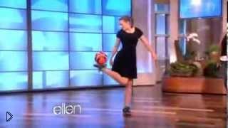 Смотреть онлайн Девушка показывает трюки с мячом