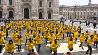 Смотреть онлайн Танцевальный флешмоб в центре Милана