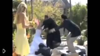 Жених уронил в бассейн свою невесту и священника - Видео онлайн