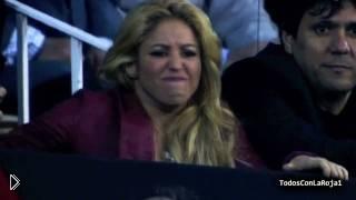 Смотреть онлайн Как красавица Шакира болеет за своего мужа