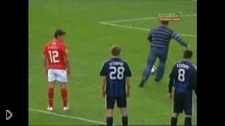 Смотреть онлайн Фанат забил пенальти на футбольном матче