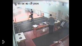 Смотреть онлайн Камера наблюдения сняла убийство человека