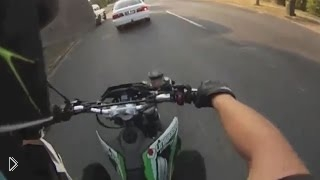 Смотреть онлайн Неожиданный наезд сзади на мотоциклиста