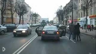 Смотреть онлайн Человека вытолкнули из машины прямо на дорогу