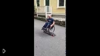 Смотреть онлайн Человек на инвалидной коляске катается на скейте