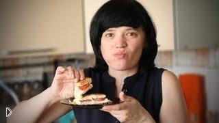 Смотреть онлайн Жарим на гриле: сэндвич из сыра и помидорки