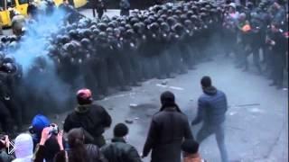 Смотреть онлайн Избиение солдат сочников в Киеве националистами