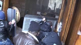 Харьковчане выбивают националистов из администрации - Видео онлайн