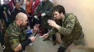 Ополченец предлагает украинцу сразиться на ножах - Видео онлайн
