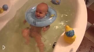 Смотреть онлайн Он знает, как научить грудного ребенка плавать