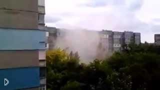 Смотреть онлайн В городе Донецк снаряд попадает в жилой дом