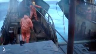 Смотреть онлайн Моряков чуть не смыло с корабля во время шторма