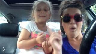 Смотреть онлайн Дочурка с мамой кривляются под песенку из м/ф Frozen