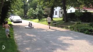 Папа катает мальчика на самодельном самокате - Видео онлайн