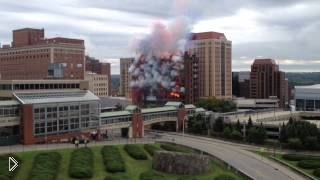 Смотреть онлайн Пиротехники креативно взорвали здание